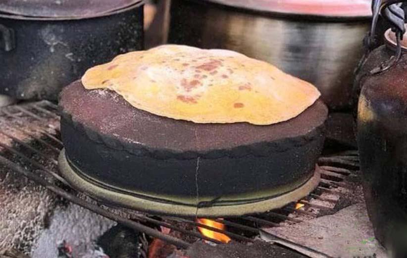 طرز تهیه نان بر روی ساج سفالی