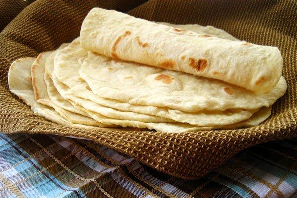 طرز تهیه نان لواش خانگی بر روی ساج سفالی